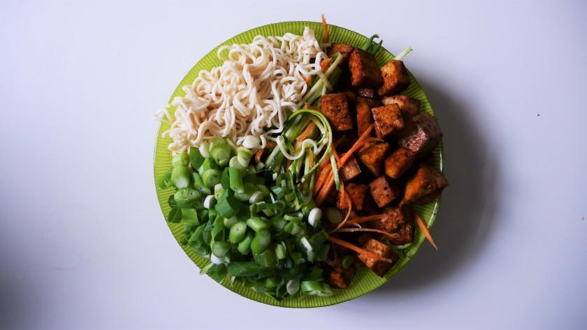 Super makkelijk recept voor een noodle bowl - op www.purefoodie.nl