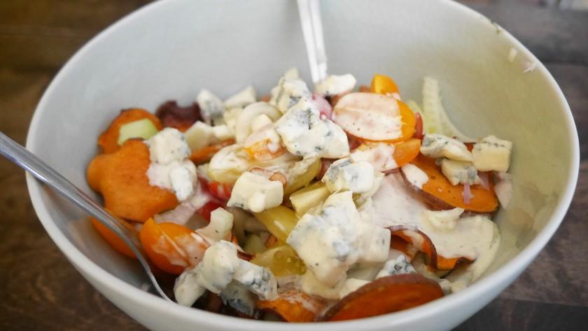 Een heerlijke venkelsalade met zoete aardappel en blauwe kaas! Een recept van Kim op www.purefoodie.nl