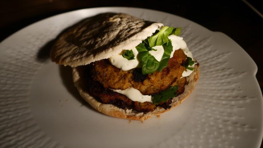 Een veganistisch recept voor een burger met zoete aardappel! Gemaakt door Kim www.purefoodie.nl